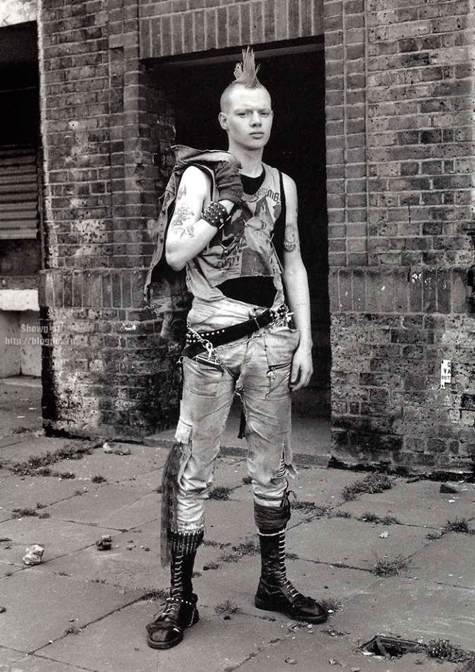 british punk The classic punk rock look among male american musicians harkens back to the t-shirt, motorcycle jacket, and jeans ensemble favored by american greasers of the 1950s associated with the rockabilly scene and by british rockers of the 1960s.